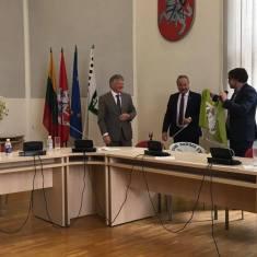 Žymantas Morkvėnas dovanoja meldinės nendrinukės vėliavą Šilutės merui ir Aplinkos ministrui